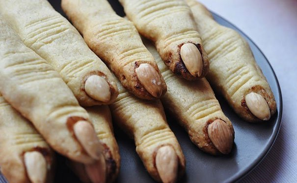 witch-finger-cookies-with-almonds-as-nails2