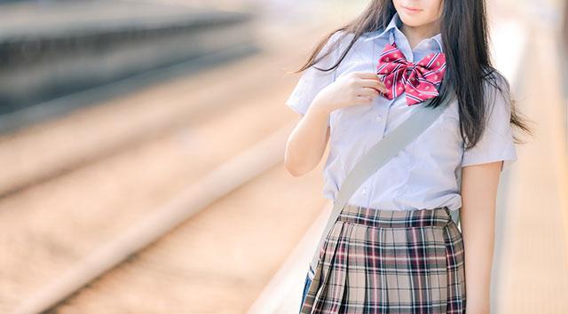 かばん斜め掛けする女子高生