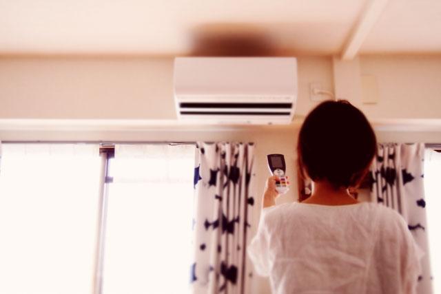 エアコンをつける少女
