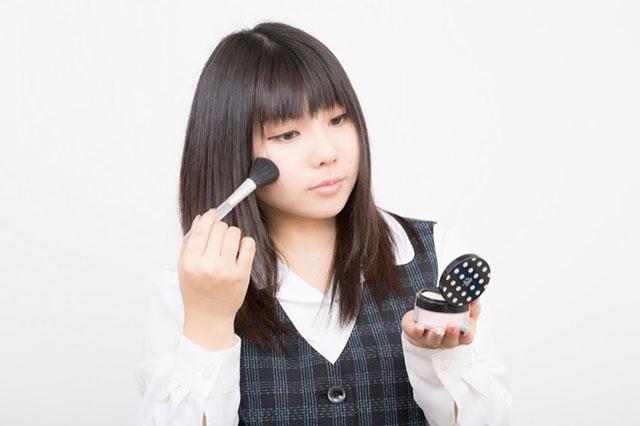 メイクをする日本の会社員
