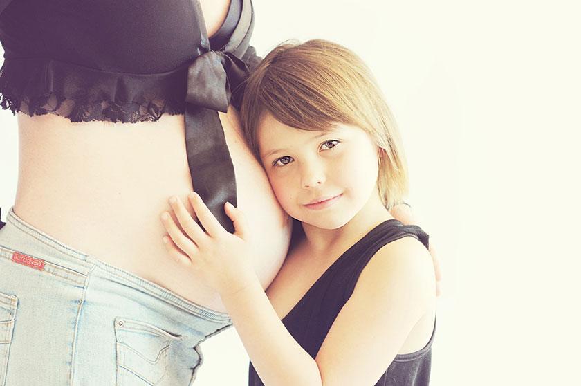 妊娠している女性と子供