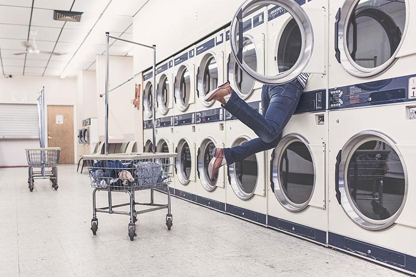 コインランドリーの洗濯機に頭をつっこむ