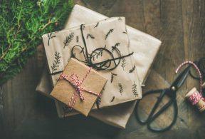 贈り物の箱とハサミ