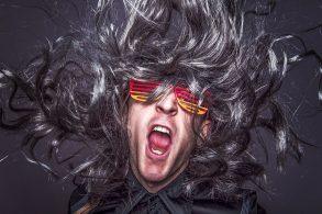 髪の毛が爆発しているミュージシャン