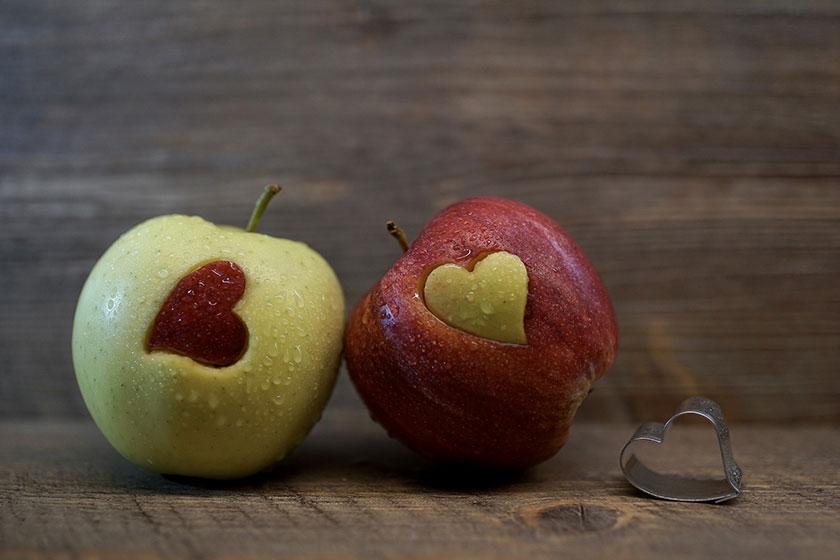ハートマーク付きの赤と青のリンゴ