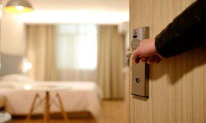 ホテルのドアを開ける