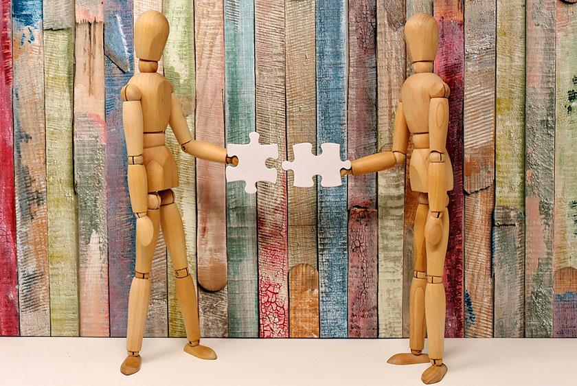 ミルクパズルを組み立てようとするデッサン人形