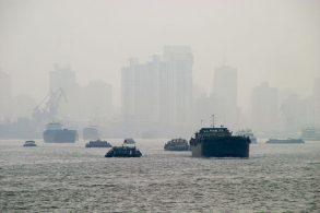 霧に包まれる中国都市部