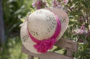 ピンクのリボンの麦わら帽子