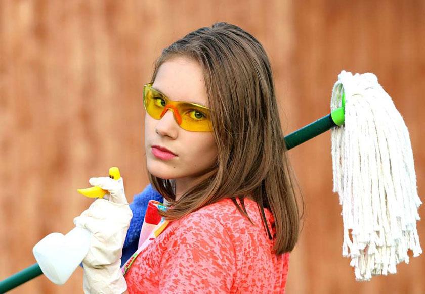 掃除道具を持った女性