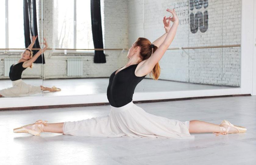 鏡の前で柔軟するダンサー