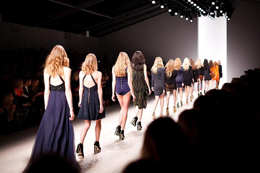 一列に歩くモデルたち