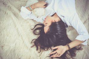 ファーのラグに寝転ぶ女性