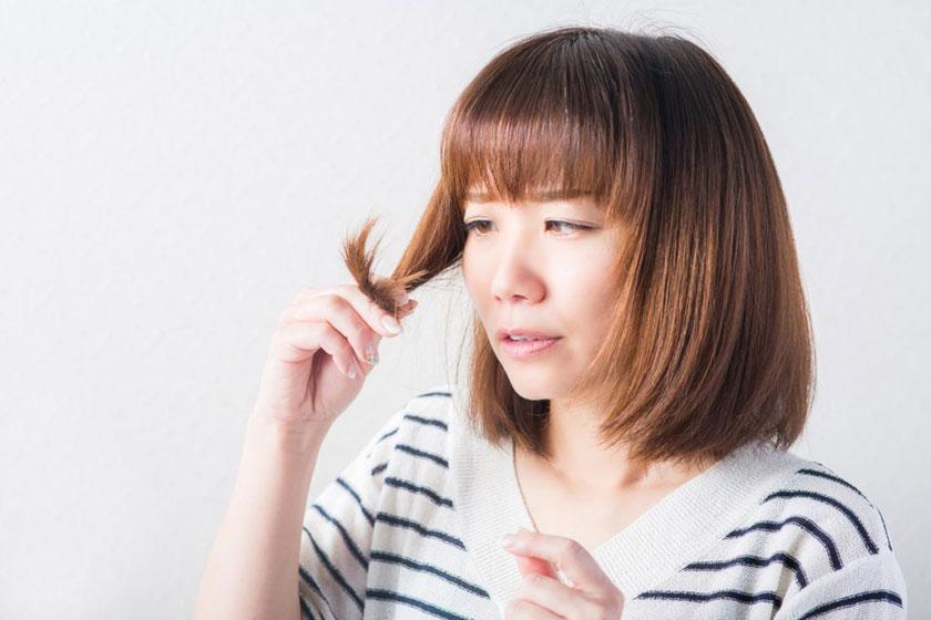 枝毛をチェックする女性