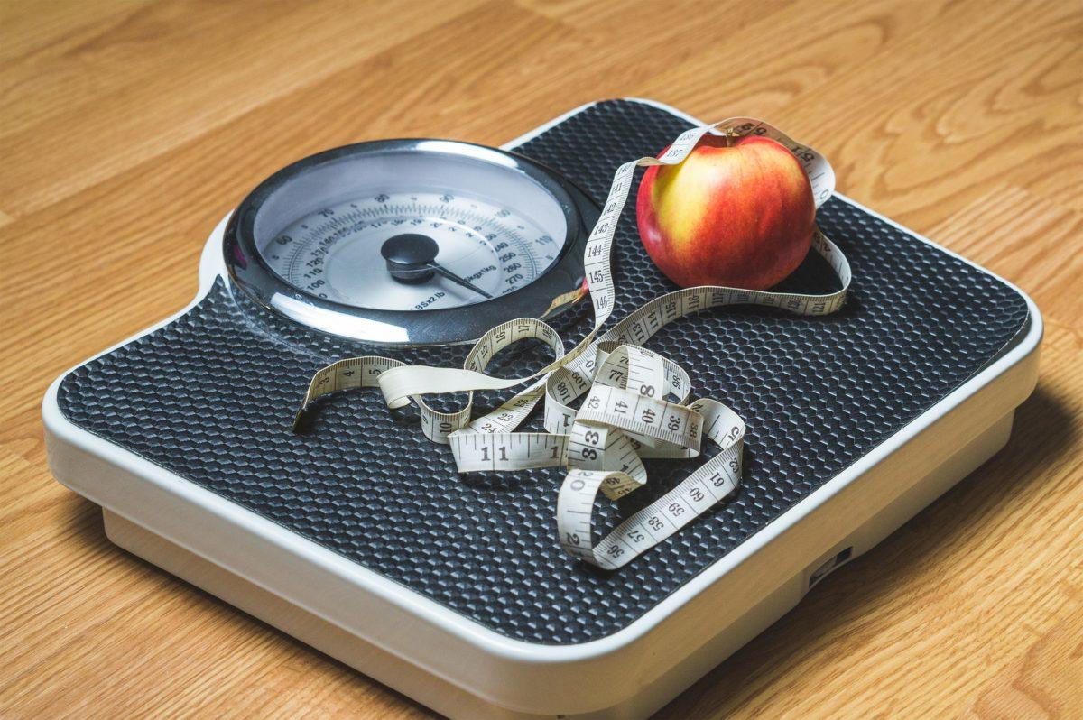 体重計とメジャーと林檎