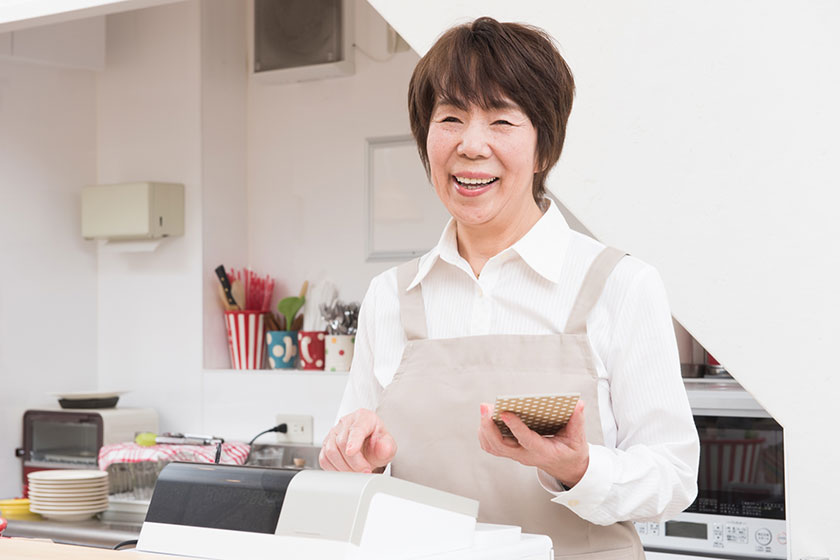 レジを打つ中高年女性