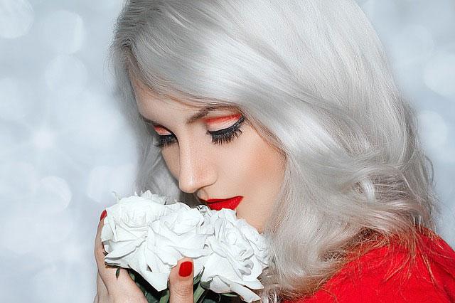 銀髪に赤リップの美しい女性