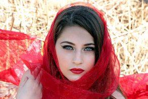 白い肌に赤い唇が美しい女性