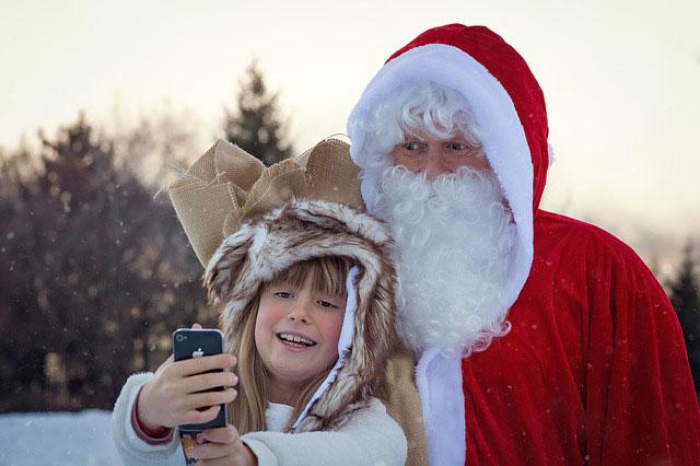 サンタと一緒に自撮りする女の子