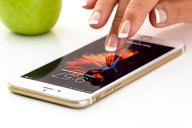 iPhoneを右手中指で操作する