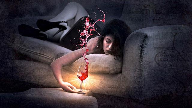 酔いつぶれて眠る女性