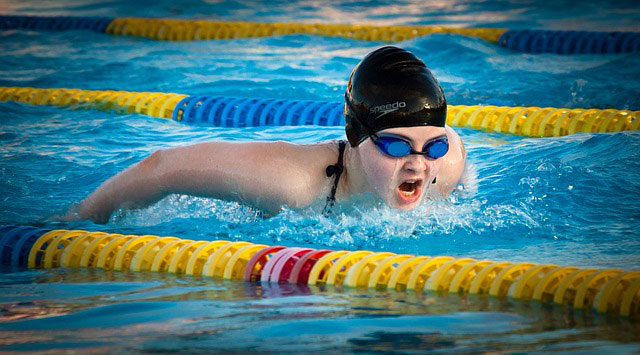 バタフライで泳ぐ競泳女子