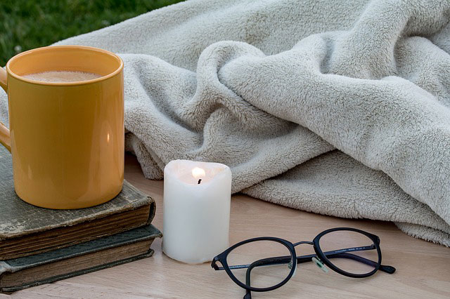 毛布やホットミルクで身体を温める