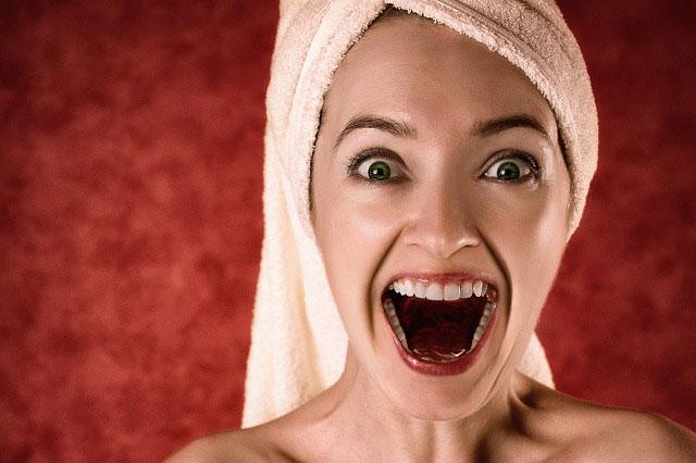 大きく口を開ける女性