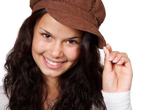 帽子をかぶった笑顔の女性