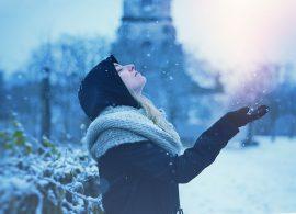 掌で雪を受け止める女性