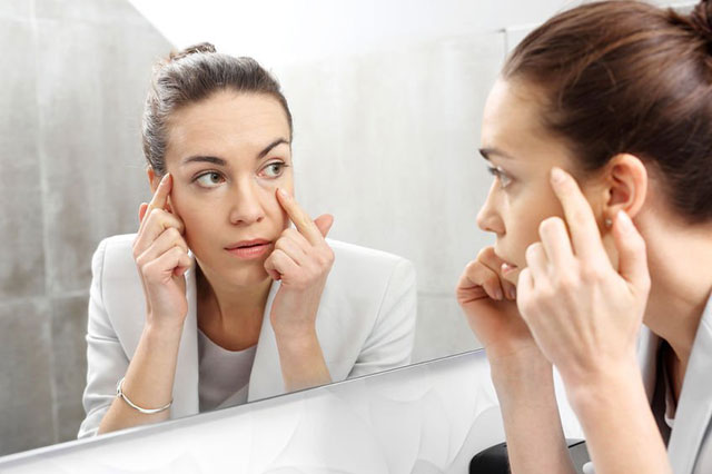 鏡で目元の疲れをチェック