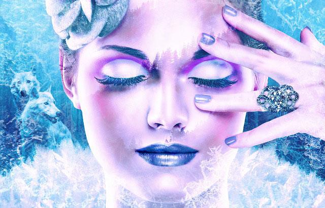 頭痛に眉をしかめる女性