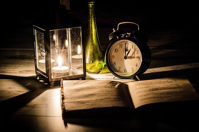 卓上キャンドルと本、時計