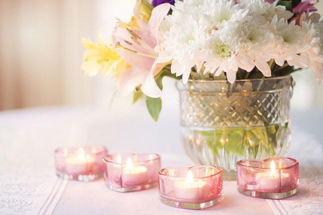 花瓶とピンクのキャンドル