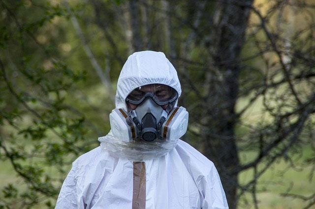 防護服とガスマスクで全身防備
