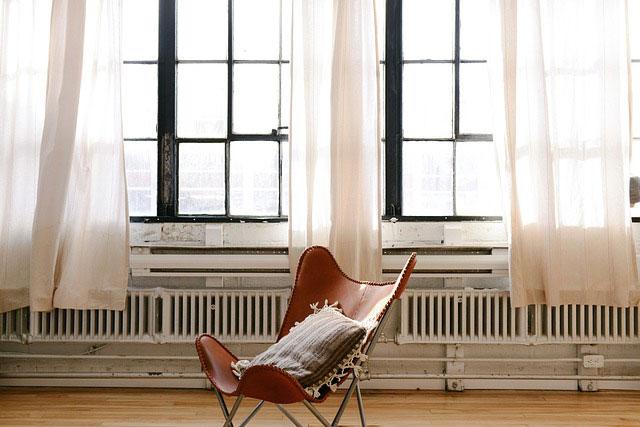窓とカーテンと椅子