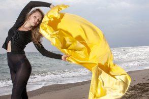 女性と黄色い布