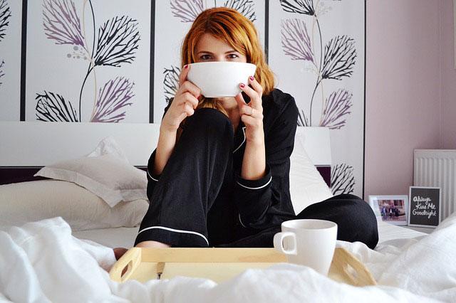 ベッドでカフェオレを飲む
