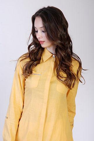 黄色いシャツの女性
