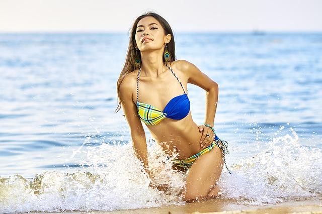 大胆な水着の女性