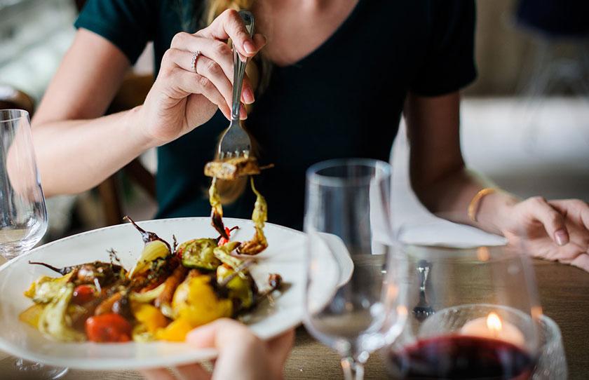 イタリアンを食べる女性