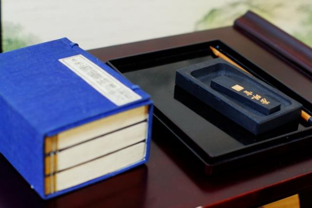 和綴じの本と硯