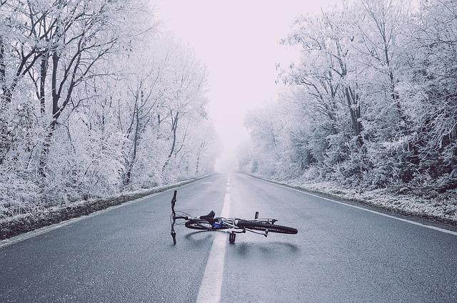 雪と転んだ自転車