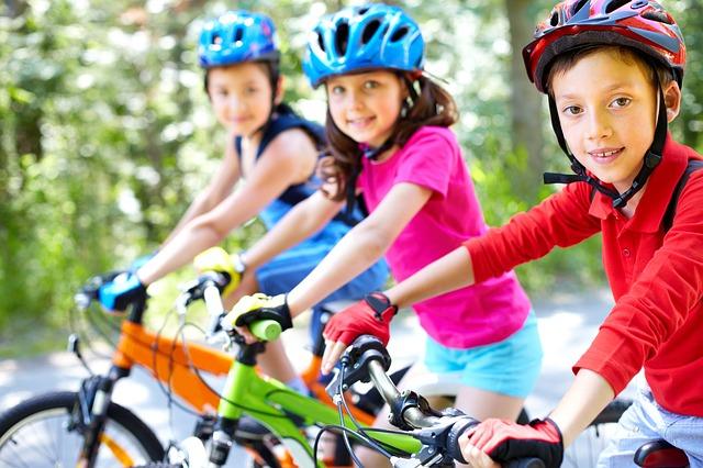 自転車に乗る子供たち