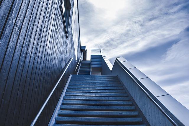 外階段を見上げる