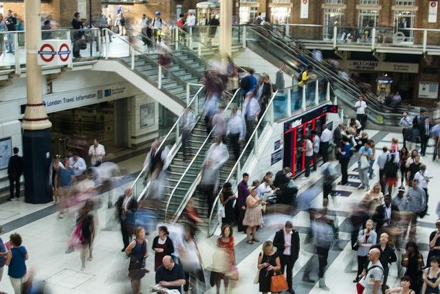 ロンドンの駅で階段を利用する人々