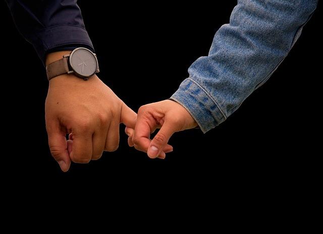 指を絡め合うカップル
