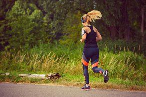 心拍計を付けて走る女性