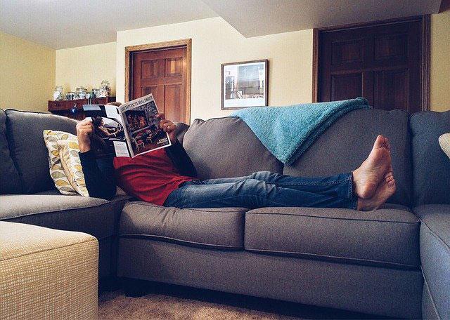 ソファでゴロゴロする人